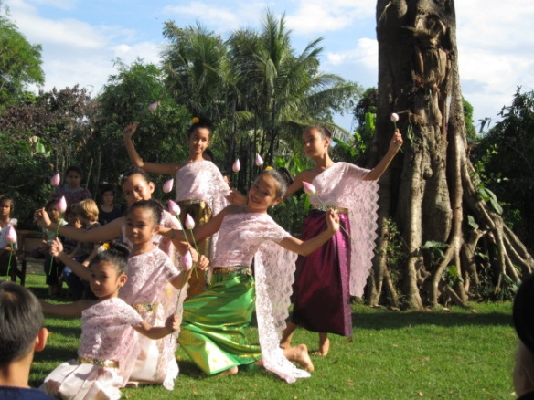 Students dancing for Loy Krathong
