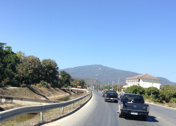 Here we are on Canal Road coming into Chiang Mai from Hang Dong. Blue skies all around! February 7, 2014.